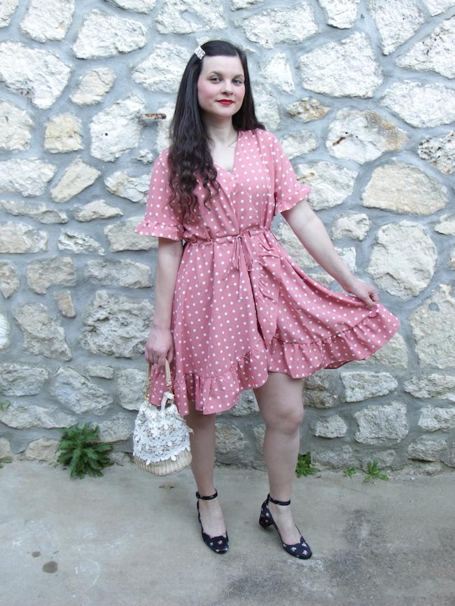 Look robe rose à pois, babies à fleurs et sac panier