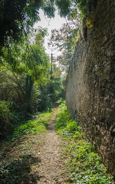 Le long de la muraille médiévale