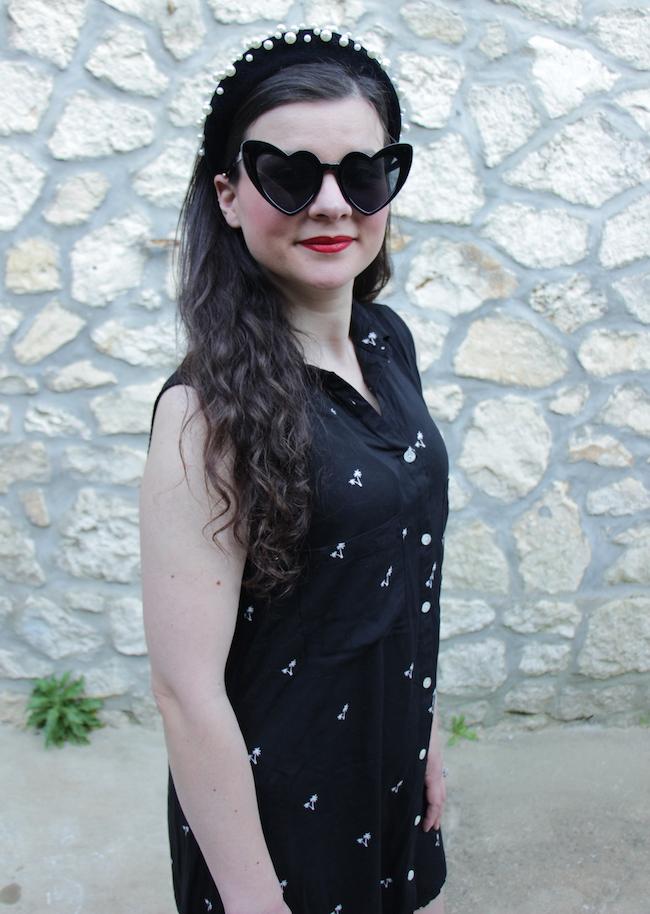 comment-porter-look-robe-chemisier-noire-serre-tete-perles-sandales-compenses-blog-mode-la-rochelle-2