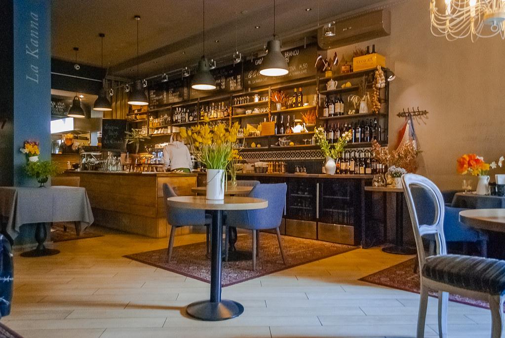 Nice interior!  La Kanna cafe 11:50:03 DSC_5431