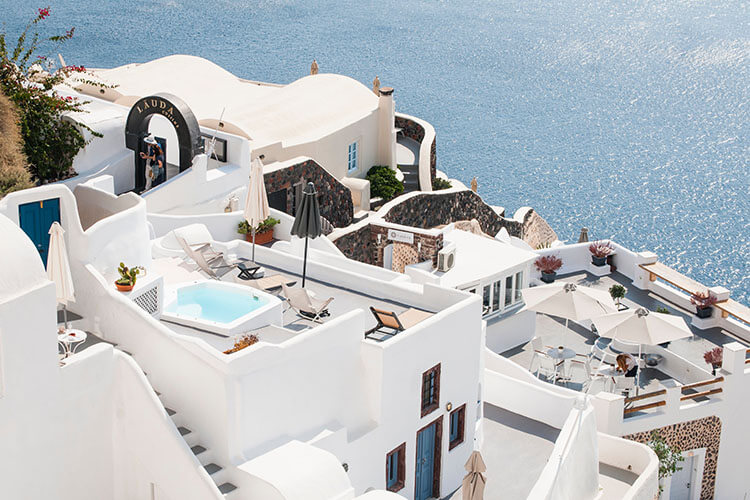 Get a good place to stay in Santorini
