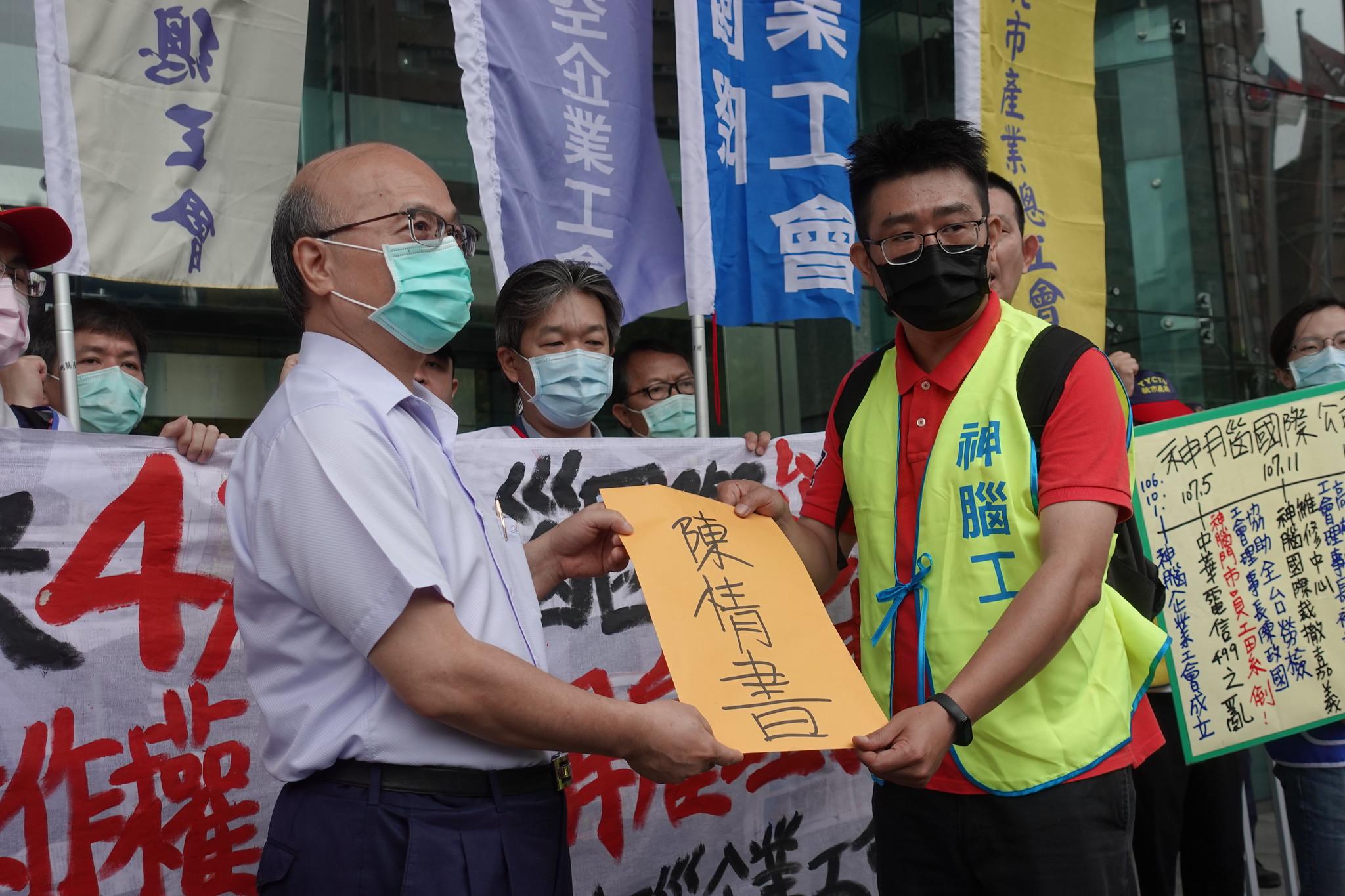 中華電信副總經理邱瑞旭出面接下工會陳情書。(攝影:張智琦)