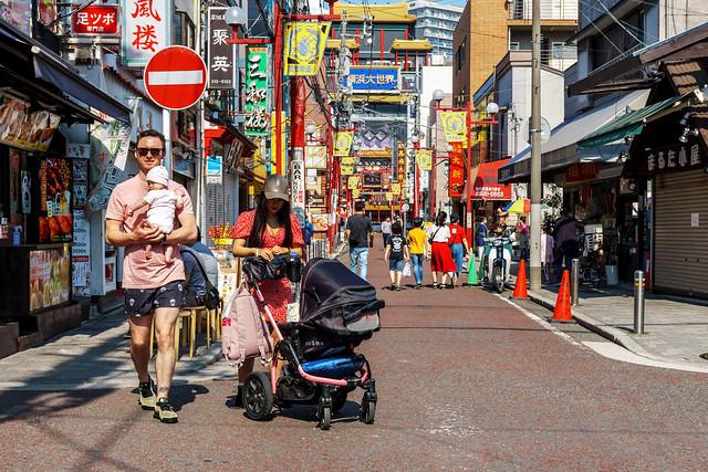 At Kantei-Byo Street, Yokohama Chinatown : 横浜中華街 関帝廟通りにて