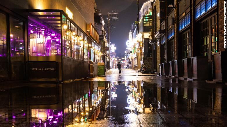 韓國首爾知名鬧區梨泰院爆發群聚感染,引發恐同情緒。(圖片來源:CNN)
