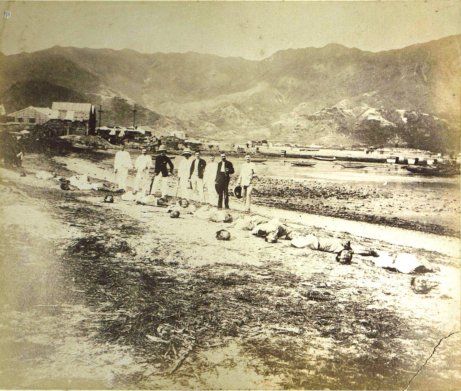 1889. Гонконг. Тела казнённых пиратов и английские представители, присутствовавшие при совершении казни