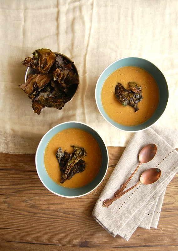 Sopa de lentilha vermelha com chips de couve / Red lentil soup with kale chips