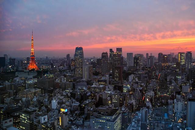 La Tokyo Tower au milieu des gratte-ciels de Tokyo, Japon