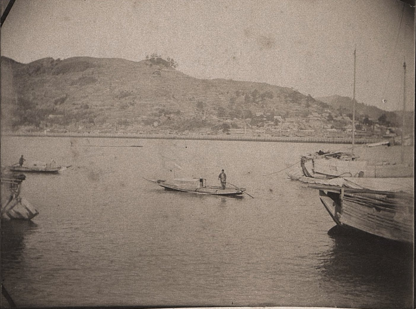1899. Нагасаки. Лодки на воде у берега
