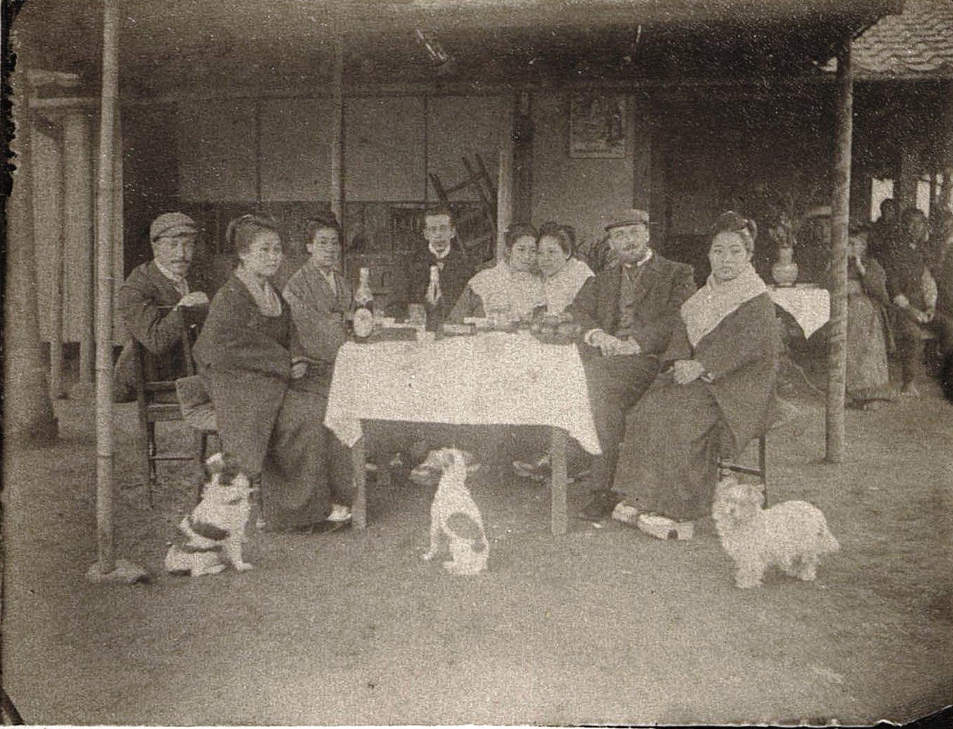 1899. Нагасаки. Русские и японцы за столом