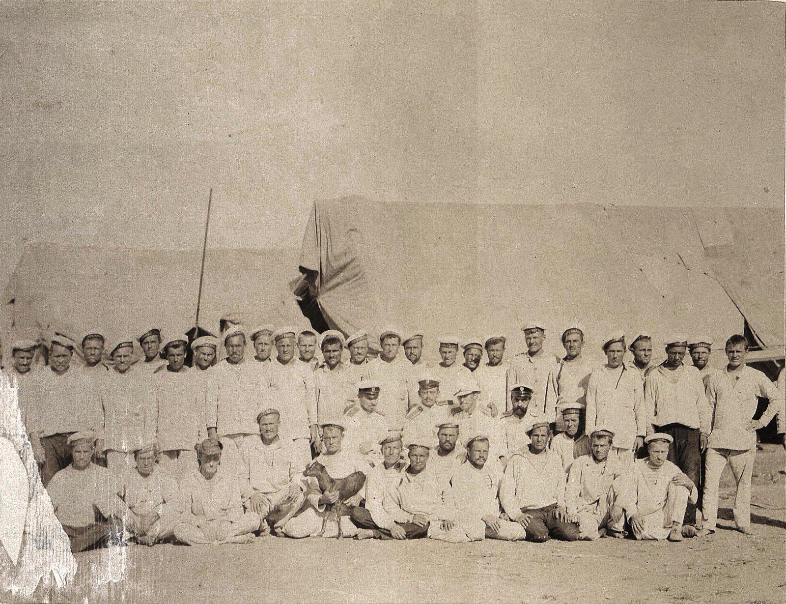 1898. Гонконг. Партия чинов крейсера I ранга «Владимир Мономах», производивших промер бухты Виктория в июле