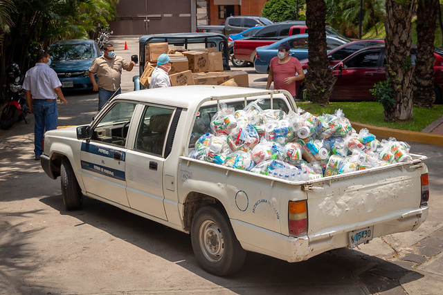 Dona materiales de bioseguridad y alimentos