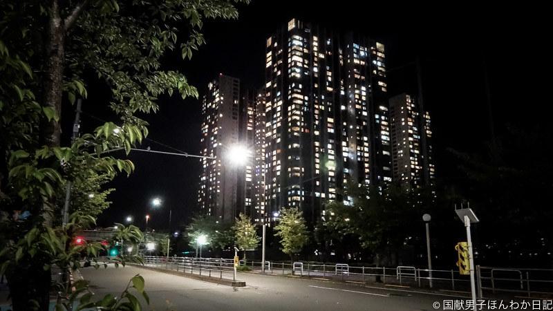 外出自粛で灯り煌々タワマンと車ゼロ道路、連休中の品川駅近く19時40分(撮影:筆者)