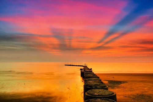 taiwan hsinchu sunset harbor pier rays lighting outdoors westcoast 台灣 新竹縣 新豐 鳳坑漁港 夕陽 霞光 倒映 reflection