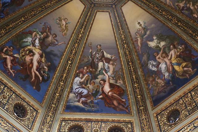 La cupola - gli otto spicchi della parte interna della cupola – affrescati nel 1840 da Enrico Scuri raffigurano i Trionfi dei santi lodigiani.