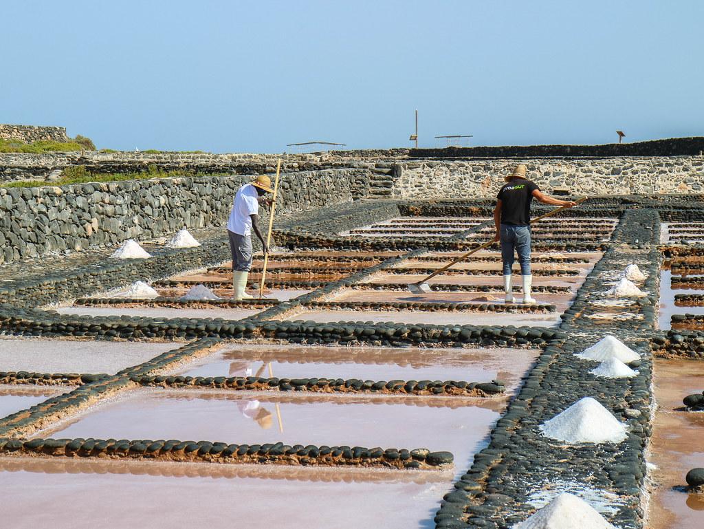 Salineros trabajando en las Salinas de Fuerteventura