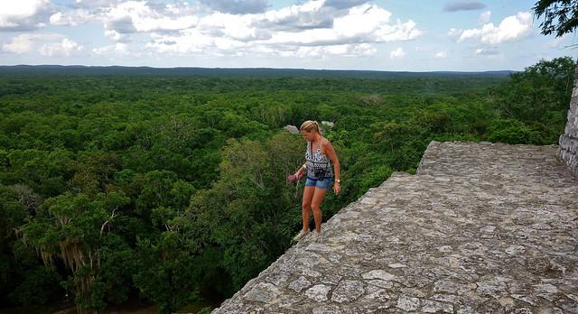 MEXICO, Mayastätte Calakmul, inmitten eines unendlich scheinenden Dschungels. verborgen, versteckt im tiefen Urwald , Blick auf die Struktur 1 die höchste Tempelpyramide , welche den  grünen Dschungel überragt , es geht steil nach unten,  19745/12665