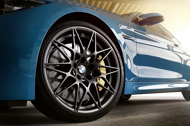 [新聞照片六]BMW M4 Edition M Heritage搭載20吋666M星輻式鍛造輪圈(碳纖維陶瓷煞車為選用配備)