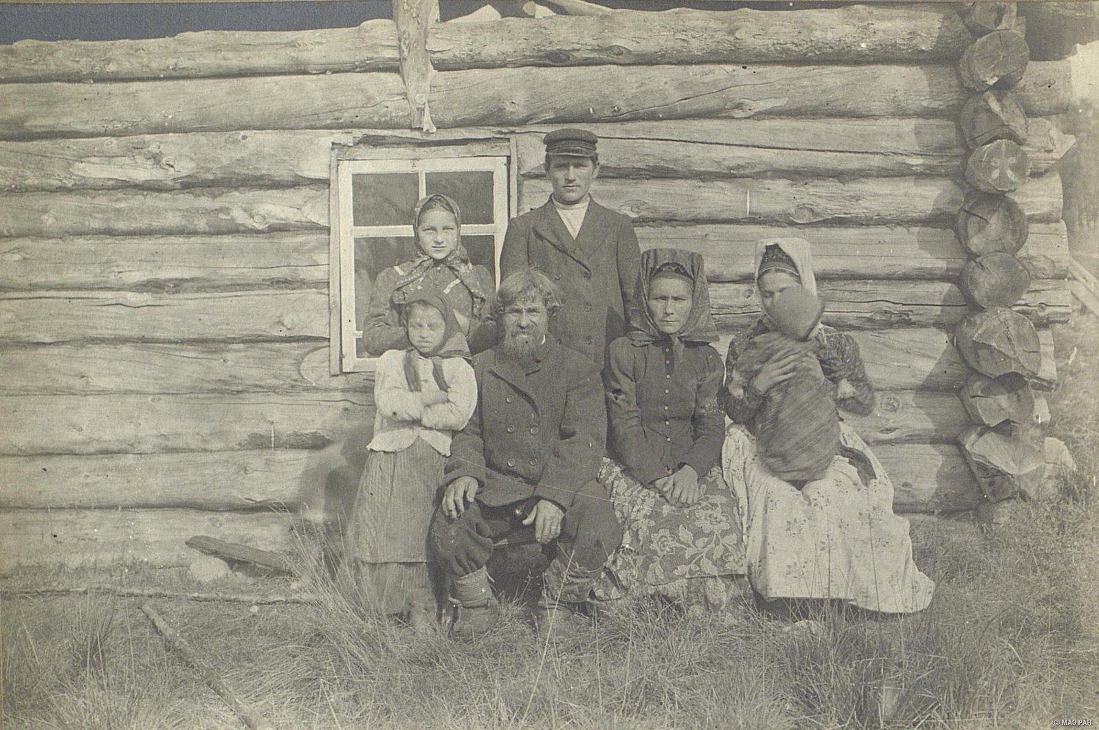 Групповой портрет мужчин, женщин и детей. Саамы кольские