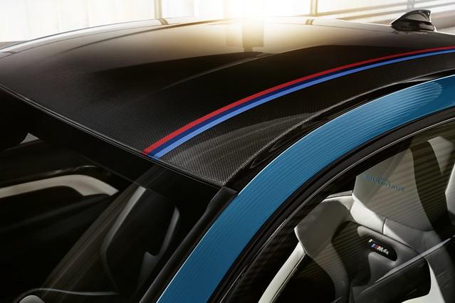 [新聞照片五]BMW M4 Edition M Heritage於碳纖維車頂增添M三色飾條,展現BMW M車主的專屬榮耀