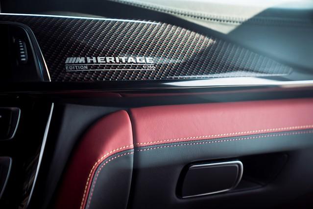 [新聞照片十]BMW M4 Edition M Heritage專屬的碳纖維飾板以M Logo三色交織,兼具強韌輕量又與眾不同的特性