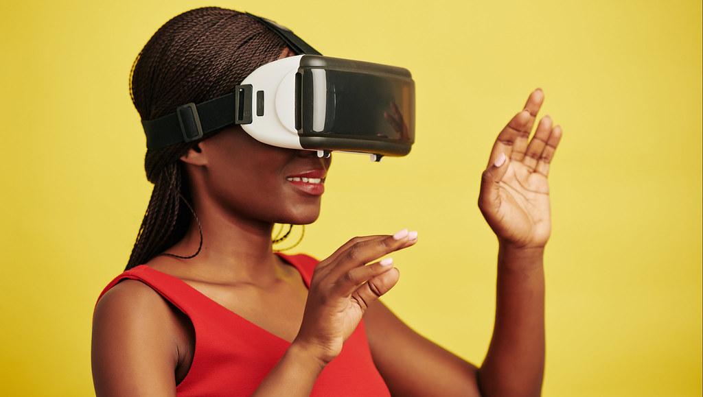 戴着虚拟现实头盔的女人