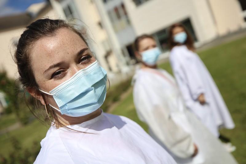"""Remise de 200 blouses jetables par le collectif """"Blouses pour l'Hôpital"""" à l'EHPAD Léopld Bellan à Magnanville"""