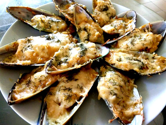 Baked cheese garlic mussels