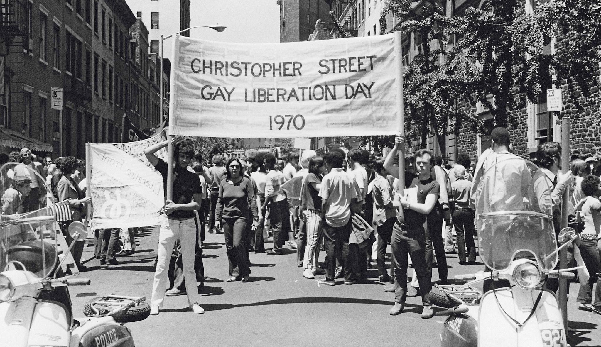 1970年6月28日首次克利斯多福街解放日遊行,成為同志遊行的開端。(時報出版提供)