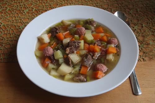 Rindfleischeintopf mit Schweinehackbällchen (mein 1. Teller)