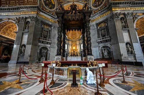 VATICANO ARCHEOLOGIA e RESTAURO ARCHITETTURA 2020: Covid-19, Mascherine, guanti e tute: la sanificazione della Basilica di San Pietro / Questa chiesa è enorme - Abbiamo bisogno di una prolunga elettrica più lunga! La Repubblica (15/05/2020).