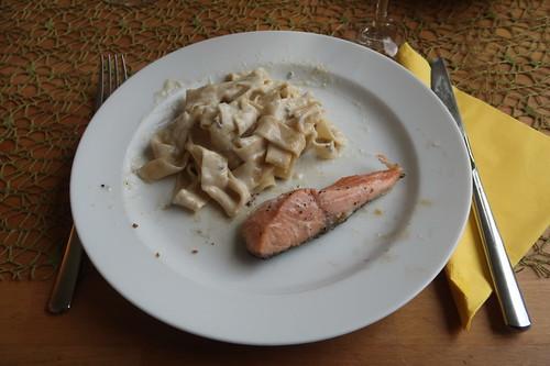 Bandnudeln mit Gorgonzolasoße zu auf der Haut gebratenem Lachs (mein 2. Teller)