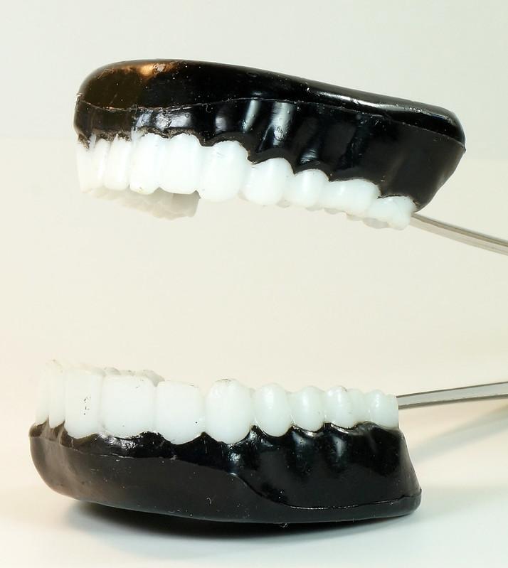 RD16352 Vintage Novelty TEETH ICE TONGS - Teeth Sugar, Joke Dentist Chattering DSC04505