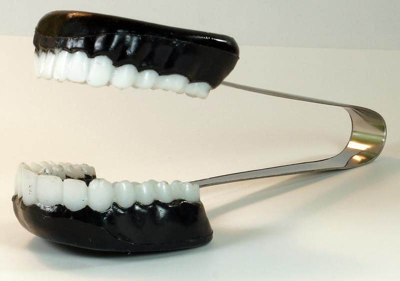 RD16352 Vintage Novelty TEETH ICE TONGS - Teeth Sugar, Joke Dentist Chattering DSC04501