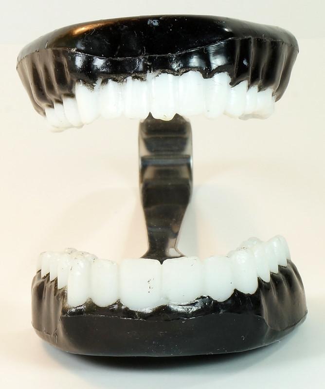 RD16352 Vintage Novelty TEETH ICE TONGS - Teeth Sugar, Joke Dentist Chattering DSC04500