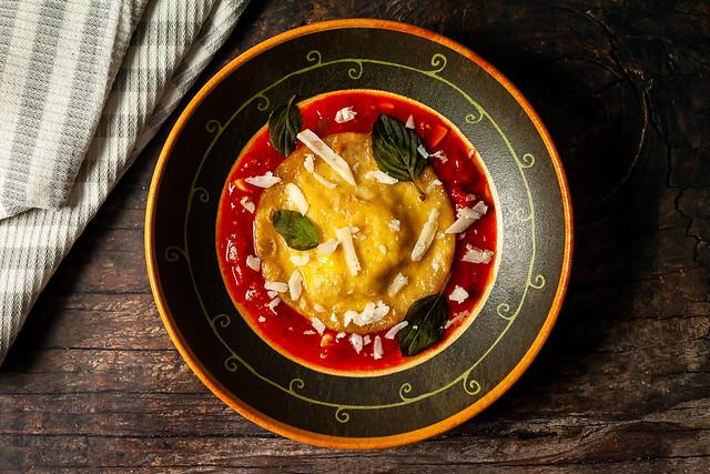 Ravioloni de ricota com mel, nozes e cebolinha francesa ao molho de tomate cereja. 🍝🍷❤️