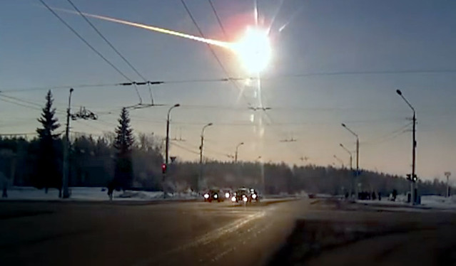 VCSE - Az oroszországi Cseljabinszk városa felett robbant meteor egy autó kamerájának egyik képkockáján - Forrás: phys.org (https://phys.org/news/2015-02-years-source-russian-chelyabinsk-meteor.html)