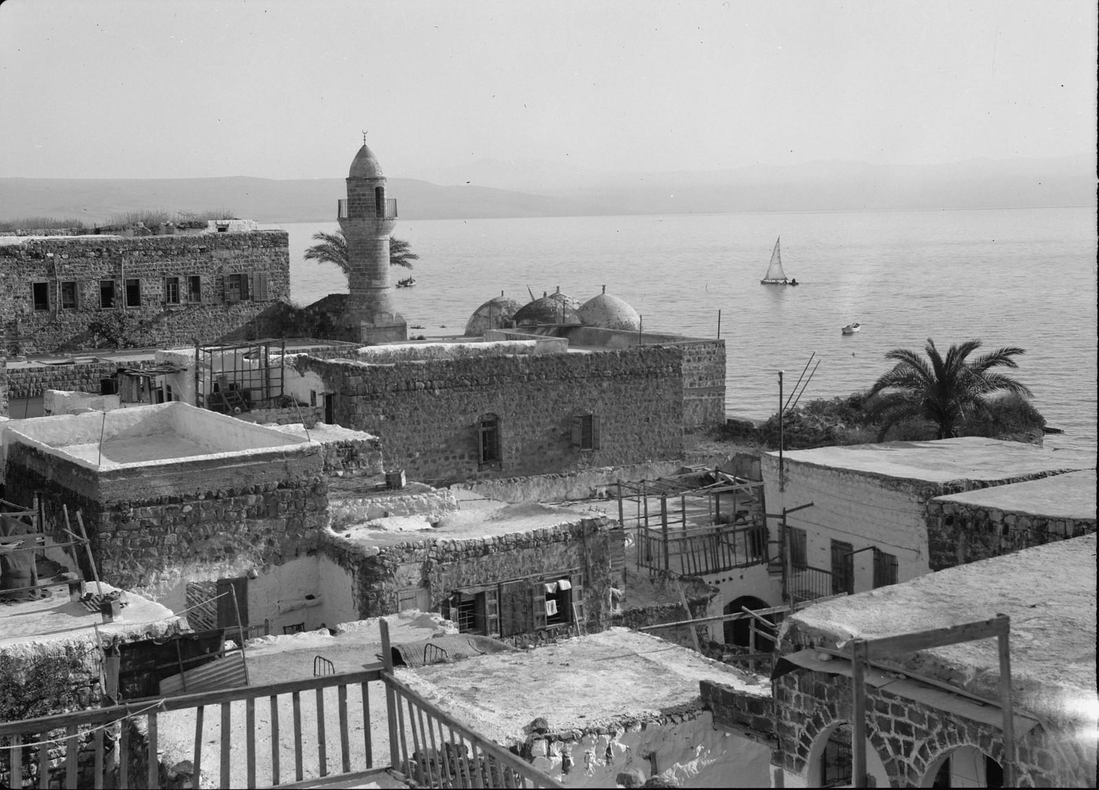 16. Гора Хермон из Тверии. Мусульманская мечеть на переднем плане