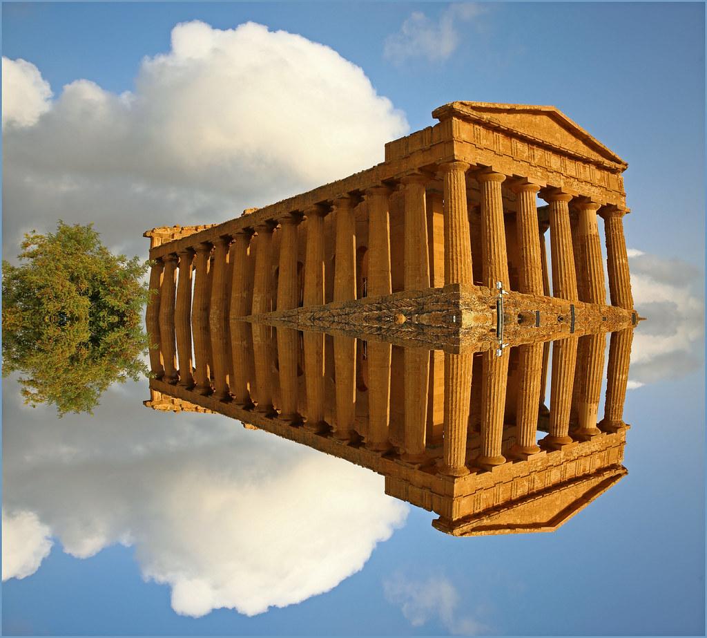 Vaisseau antique traversant les siècles, surréalisme à la belge, Temple de la Concorde, Vallée des Temples, Agrigente, Sicile, Italie