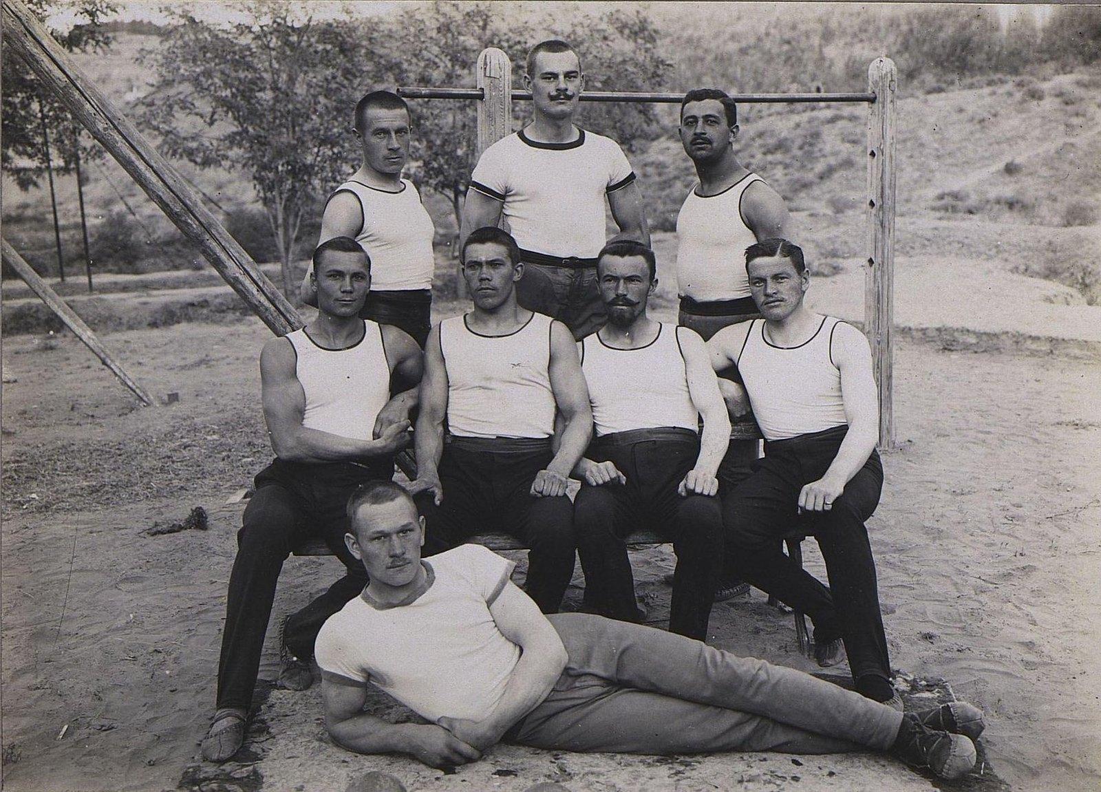 82. Группа гимнастов
