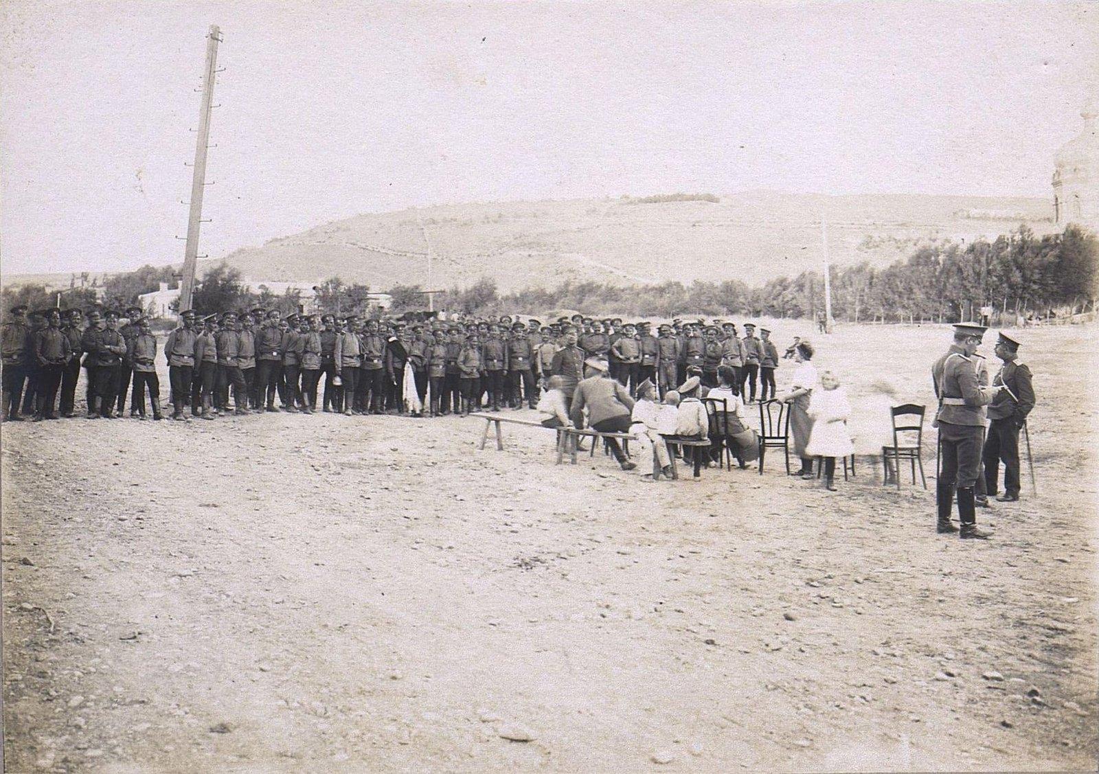 81. Группа военных на плацу