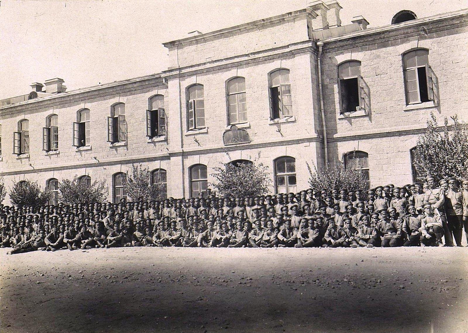 80. Военные у здания казармы