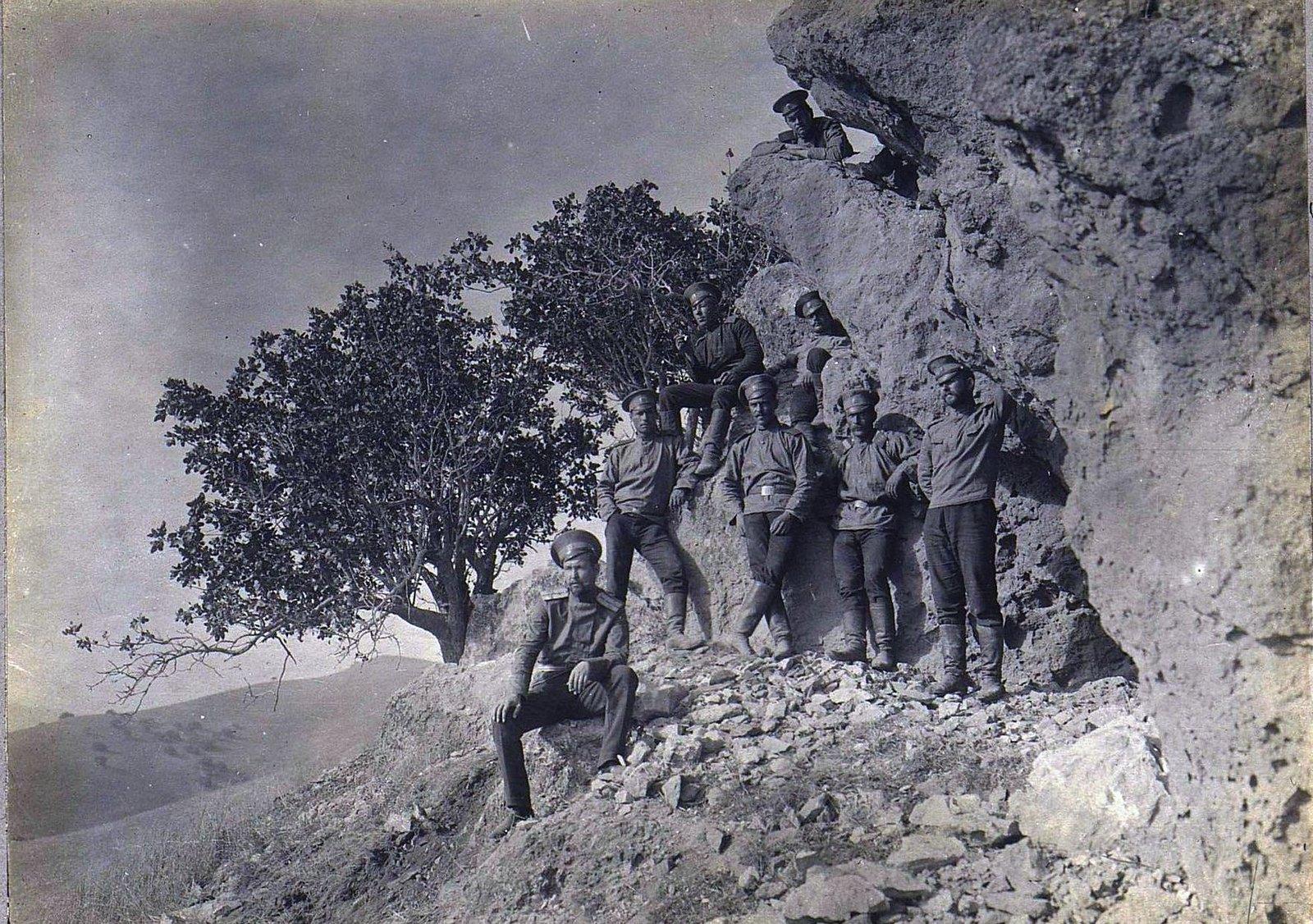 72. Группа военных в горах у обрыва