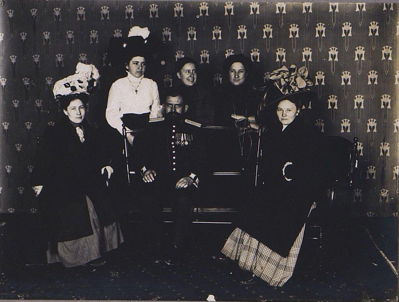 65. Военный с дамами