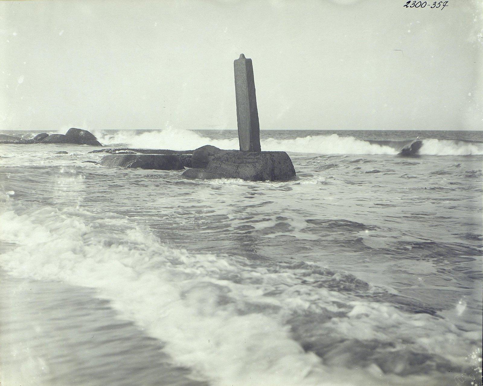 Мамаллапур (стела на скале в море)