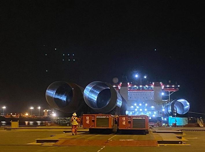 允能風場水下基礎抵台,安平港靠岸。圖片來源:達德能源