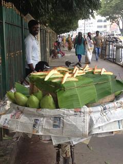 Venditore di mango verde e speziato