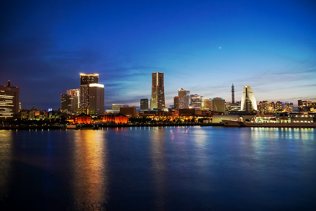 View Yokohama Minatomirai Twilight from Osanbashi : 大さん橋より横浜みなとみらいの黄昏を展望
