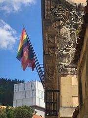 La bandera arcoiris ondea en el Ayuntamiento de Ermua.