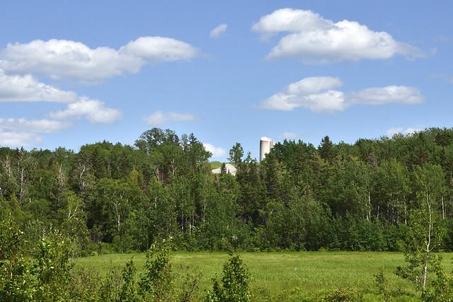 Ferme avec ses silos à Rimouski.