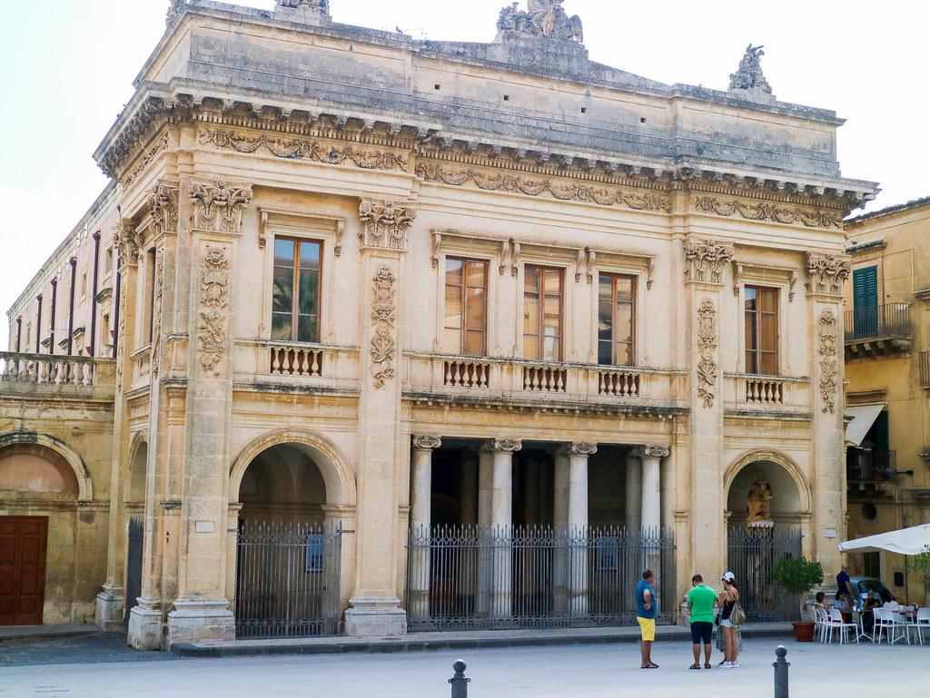 Fachada del Teatro Vittorio Emanuele III en Noto Sicilia